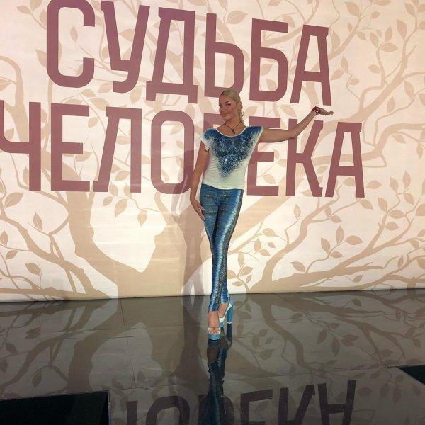 «Сбежала из 90-х»: Раритетный наряд Волочковой высмеяли фанаты