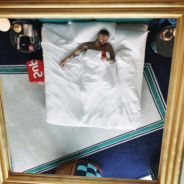 Егор Крид и Сергей Жуков поразили фанатов снимками в одной постели