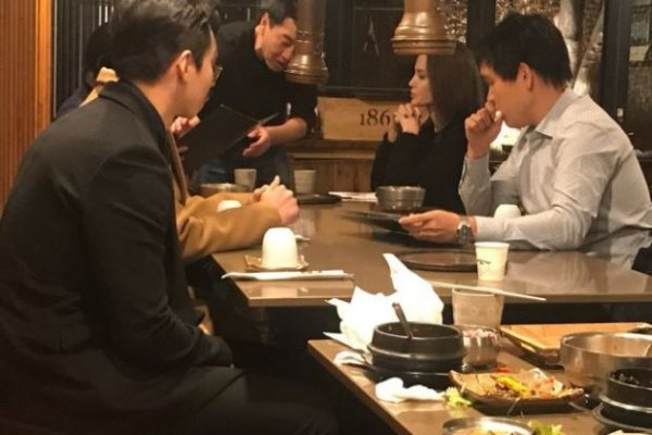 Бледная и худая Анджелина Джоли посетила мясной ресторан в Сеуле – СМИ