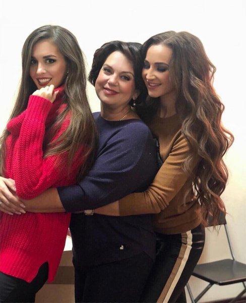 Ольга Бузова показала нежное фото с мамой и сестрой
