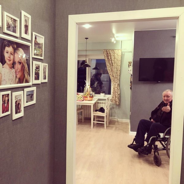 Самовлюблённая Анастасия Волочкова «атаковала» квартиру отца своими портретами