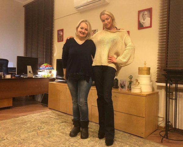 Похудевшая от бедности Волочкова ушивает старые платья
