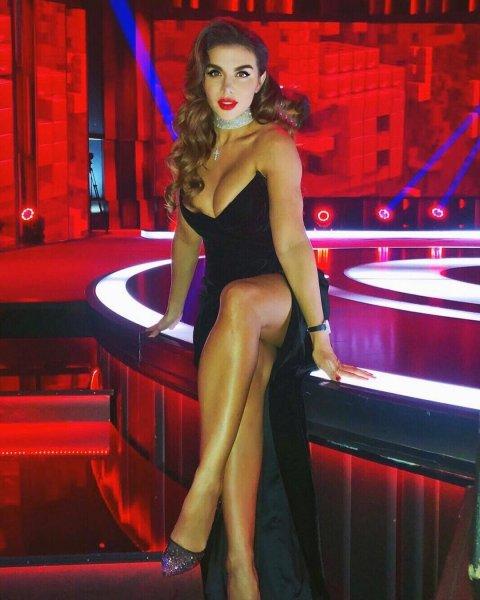 Седокова в платье с глубоким декольте пообещала фанатам жаркую новогоднюю ночь