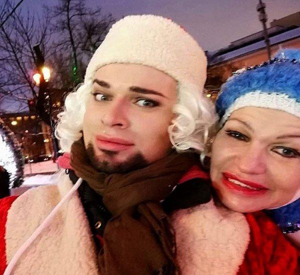 Гоген Солнцев с пожилой женой облачились Дедом Морозом и Снегурочкой