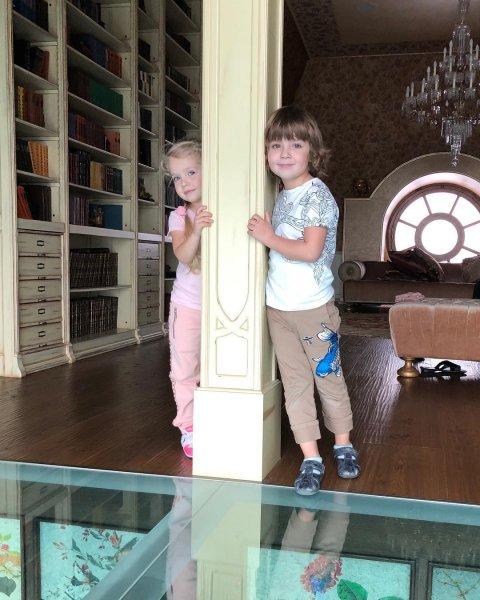 Приручает: Галкин балует детей, чтобы они согласились уйти с ним от Пугачёвой