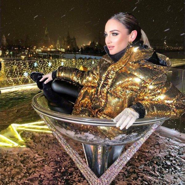 «Рюмка водки на столе»: Ольга Бузова в новом платье с трудом передвигает ноги после концерта