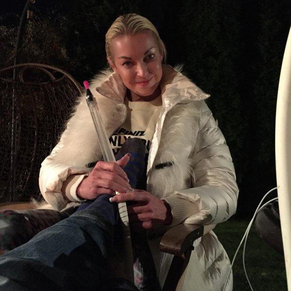 Куриные ножки и мокрые носки: Волочкова опять мучает европейца-жениха на морозе