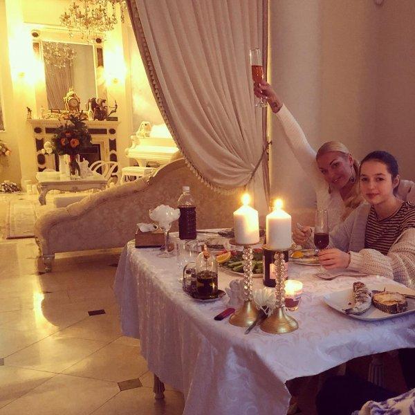 Алкосемья: Волочкова напилась с дочерью-подростком на Новый год