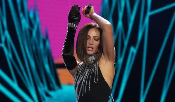 «Не арбузы, а виноград»: Трясущую грудью Бузову упрекнули в сети в размере бюста