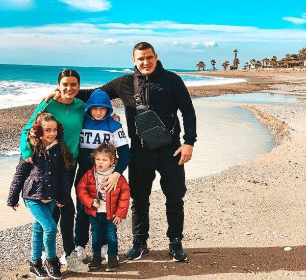 Бородина «прифотошопила» свою семью на фон пляжа в Анталии