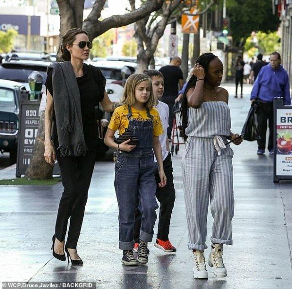 В кругу семьи: Анджелина Джоли сводила детей в суши-бар