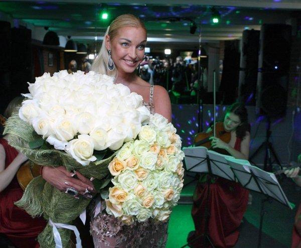 «Как на поминках!» : 43-летняя Волочкова показала второй именинный торт с одной свечой - сеть