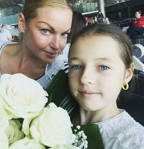 Свадьба с любовником важнее: Волочкова безразлична к социальной жизни 13-летней дочери