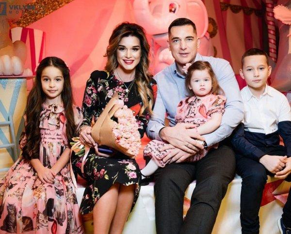 Мама только в соцсетях: Няня заменяет детям Бородиной родителей