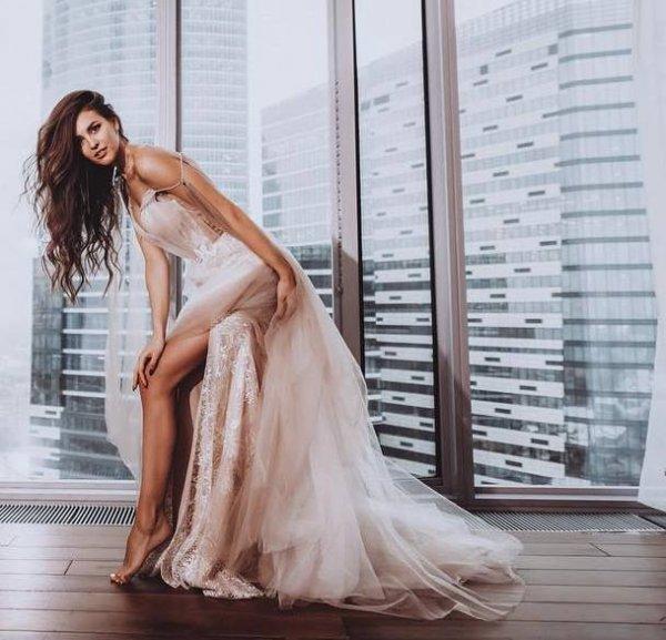 «Пускай Олька завидует!»: Анна Бузова похвасталась роскошным свадебным платьем – сеть