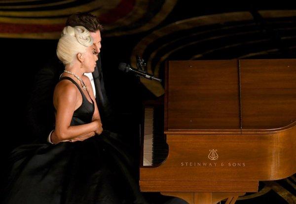Ирина Шейк может не переживать: Эксперт по языку тела отрицает роман между Леди Гагой и Брэдли Купером