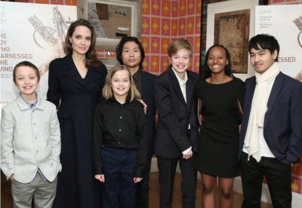 Джоли с  наследниками побывала на премьере фильма «Мальчик, который обуздал ветер»