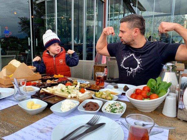 «Свиноматка из Донецка»: Растолстевшая Пынзарь подбивает семью на не здоровый образ жизни