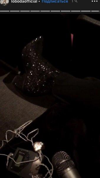 «Хрустальный шлёпанец»: Лобода ремонтирует дорогую обувь в дешевом киоске