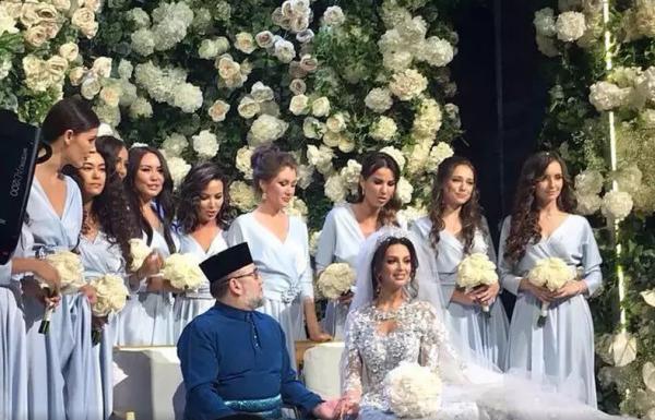 В сети появились фотографии беременной жены экс-короля Малайзии