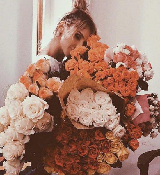 Вымаливает прощение: «Французский красавчик» забросал Лободу цветами на 8 Марта