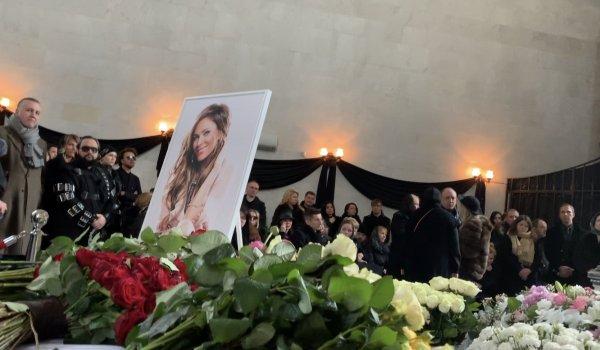 Пропустила репетицию: Пугачева из-за страха похорон отказалась идти на прощание с Началовой