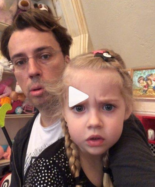 «Делают из Лизы книжного червя»: Галкин и Пугачева «мучают» дочь учёбой – фанаты