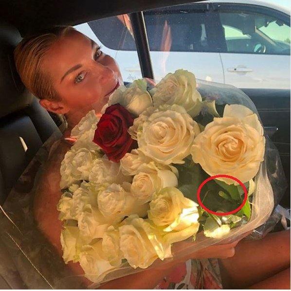 Любовник хоронит? Волочкова опозорилась букетом с четным количеством роз