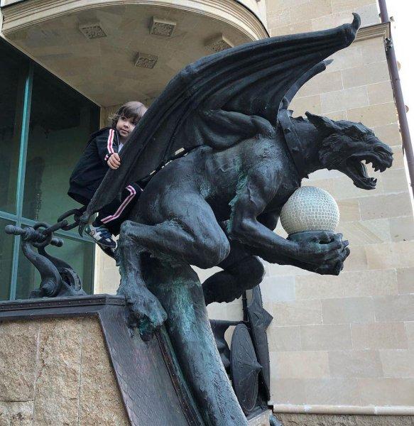 Где Пугачёва? Пьяный Галкин заставил сына залезть на высокую опасную статую