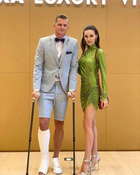 Футболист узнал об AliExpress: Тарасов подарил Костенко платье за 1223 рубля