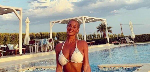 А ребёнок за бортом! Волочкова наслаждается отдыхом в Греции, а её дочь ищет солнышко в холодной Москве