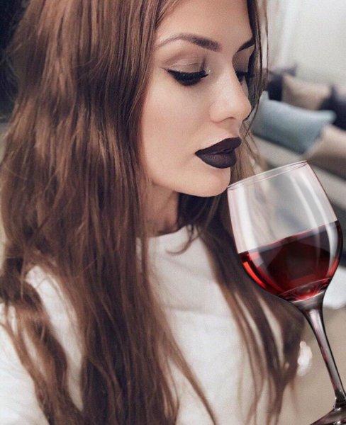 Пока дочь «деградирует» в Tik-Tok, Боня на заднем плане «заливается» алкоголем