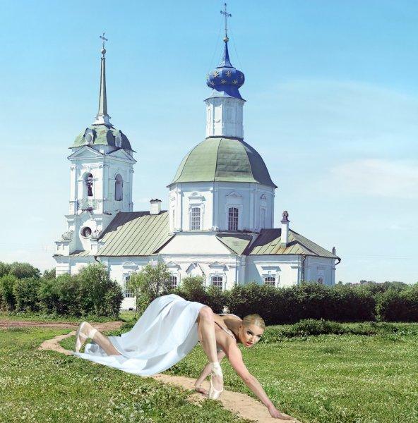 Утром — грешима, вечером — одержима: После посещения церкви Волочкова залезла на стол, а затем её связали