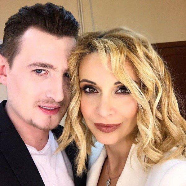 Кадони и ОлЯ – счастливая семья: Орлова вышла в свет с обручальным кольцом и «беременным» животом