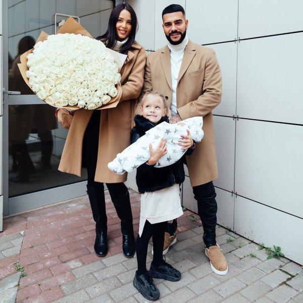 Двоих детей не тянет… Тимати за хорошие деньги заставил Решетову и Шишкову сняться в рекламе