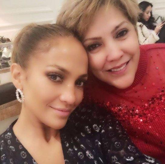 Дженнифер Лопес выложила в сеть совместное фото с мамой