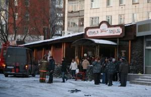 В Перми хоронят погибших, а милиция арестовывает подозреваемых по делу о пожаре.