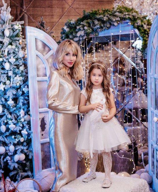 Светлана Лобода вместе с дочкой украсили обложку новогоднего выпуска журнала «Теленеделя»