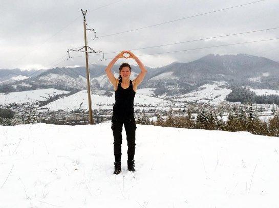 Руслана обтерлась снегом в Карпатах