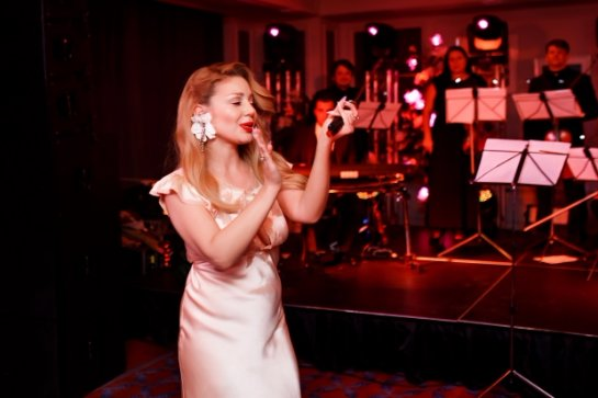 Тина Кароль в роскошном наряде выступила в Киеве
