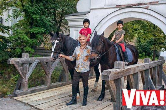 Олег Скрипка снялся в фотосессии вместе с сыновьями