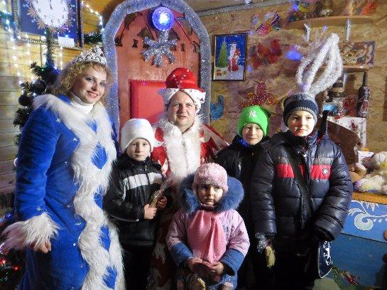 Виктор Бронюк в костюме Деда Мороза раздавал подарки детям