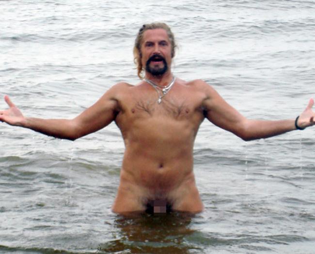 голышом в море фото