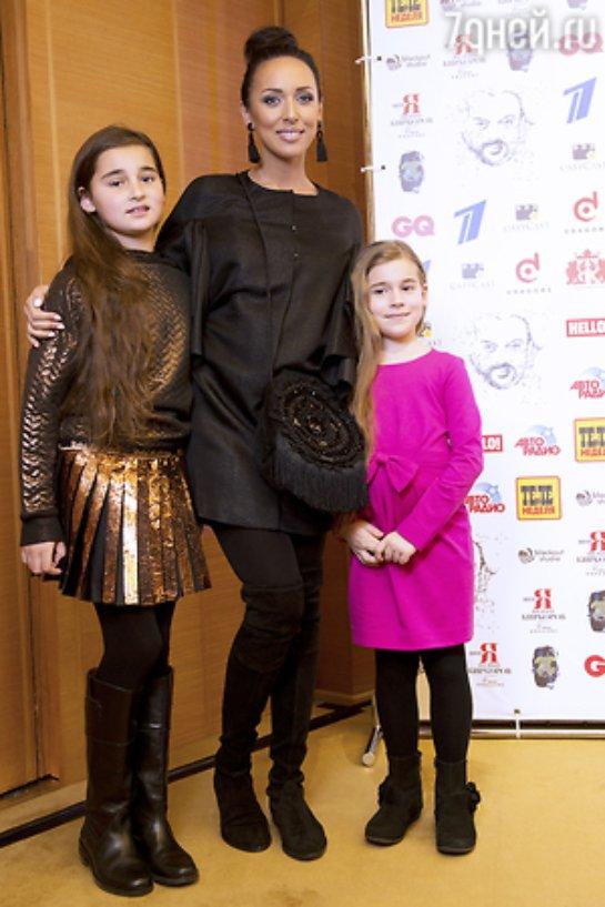 Алсу вышла в свет с двумя дочками